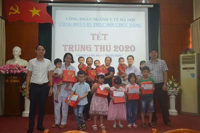 Công đoàn ngành y tế Hà Nội thăm và tặng quà Tết Trung thu tại Bệnh viện Phục hồi chức năng Hà Nội