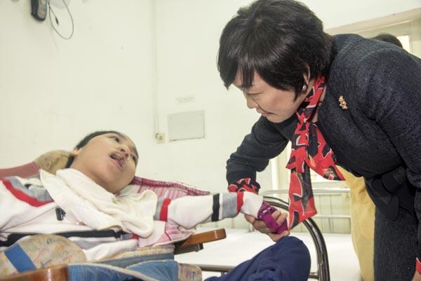 Hình ảnh xúc động phu nhân Thủ tướng Nhật Bản thăm trẻ em khuyết tật